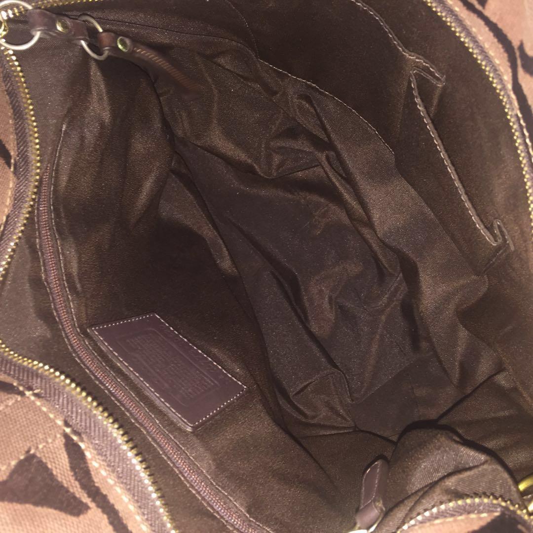 COACH Signature Classic Large C Tote Bag #MRTTampines #MRTSengkang #MRTHougang #MRTSerangoon #MRTPunggol #MRTRaffles #MRTBedok #MRTCCK #MRTJurongEast #MRTYishun