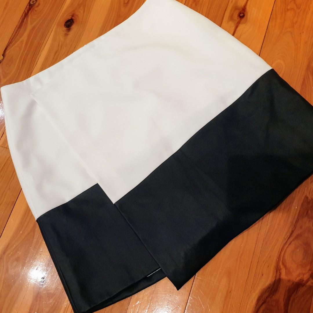 Women's size 4 = 12 'VINCE CAMUTO' Stunning white and black faux leather assymetrical hem skirt - AS NEW