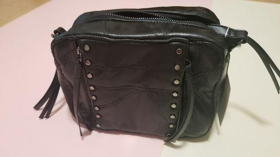 mizzue 黑色羊皮型格手工感拼接縫線小圓釘設計方形斜背包