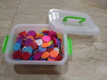 🚚 Rainbow snowflakes 400 discs with container