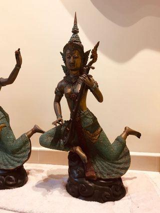 🚚 Bronze statues