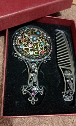 🚚 Vintage Mirror aand Comb Collectibles