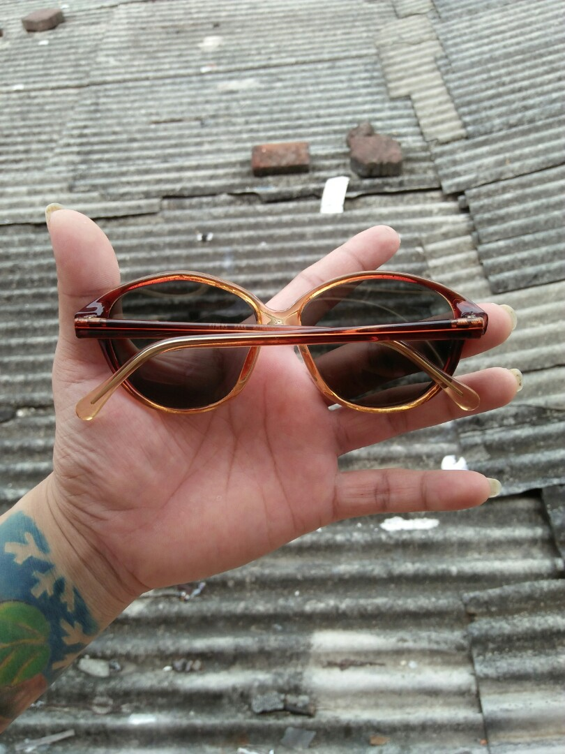 Vintage Sunglasses 80s Brand: Bowling 6045 52-16 Vintage Authentic Rare/limited edition Kondisi 97% mulus Frame besi tanam dilapisi optyle Engsel besi lensa kaca adem di mata Sangat nyaman dipakai Unisex