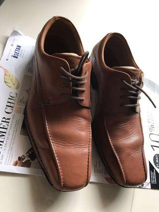 Clarks light brown leather shoes