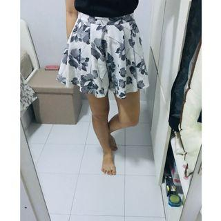 🚚 Black and White Floral Shorts
