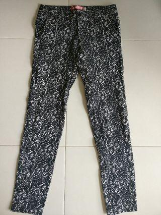 🚚 Black and white pattern pants