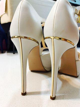 🚚 Almost new Pedro cream and white 5 inches high heels