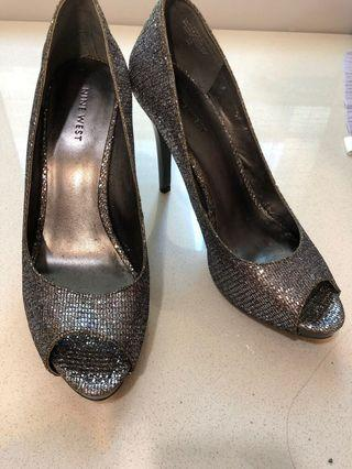 🚚 Almost new Nine West Silver/Chrome 4 inch high heels