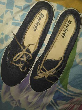 Sepatu jalan jalan