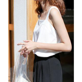 🚚 White Back-button Sleeveless Top