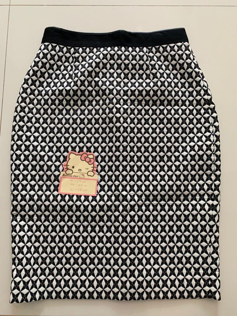 3abdf92c90 Banana Republic monochrome midi pencil skirt, Women's Fashion, Clothes,  Dresses & Skirts on Carousell