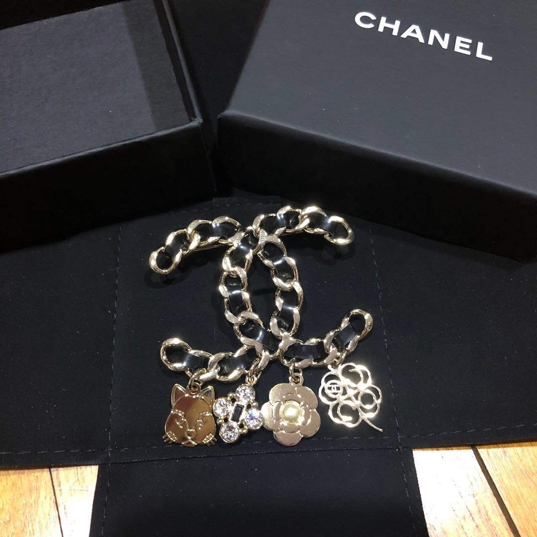 78375df4f [PRELOVED] Authentic Chanel XL Calfskin Chain CC Charm Brooch Cat Crystal  Strass Glass Pearl Pin 17B, Women's Fashion, Jewellery, Brooches on  Carousell