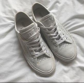 White knit low top converse sneakers