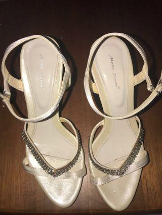 🚚 Glamorous and pretty white ankle strap heels