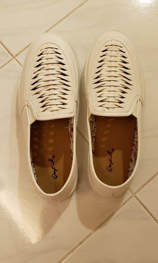 全新白色休閑鞋 Brand new white causal shoes