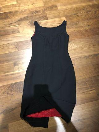 🚚 Nice cut dress with red lining