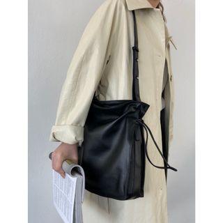 (全新) 韓國東大門同款質感皮革抽繩束口側背包 大容量簡約素色皮革方包
