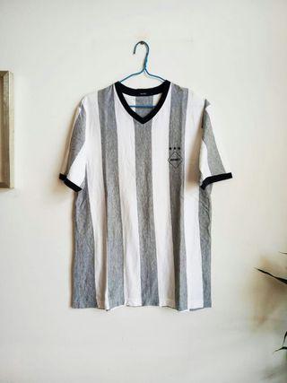 灰白直間 t-shirt