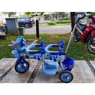 Sepeda anak tandem kembar