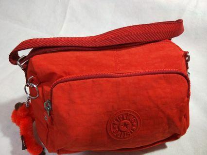 🚚 Kipling 珊瑚紅素面前袋拉鍊側背包