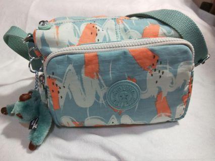 🚚 Kipling 湖水綠印象派塗鴉前袋拉鍊側背包