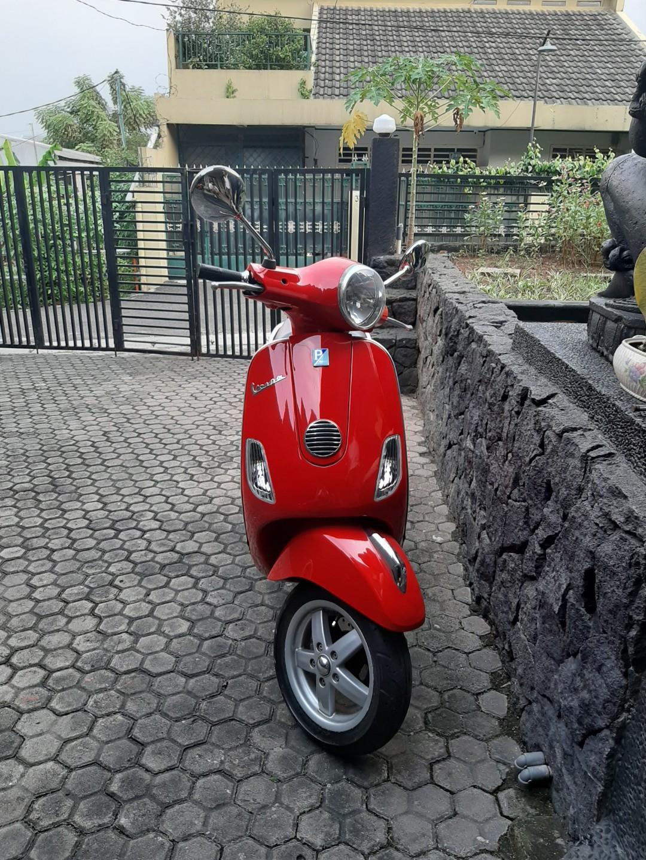Piaggio Vespa LX 150 ie tahun 2011 akhir Warna merah