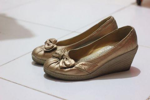 Sepatu Hak Wedges Gold / Emas