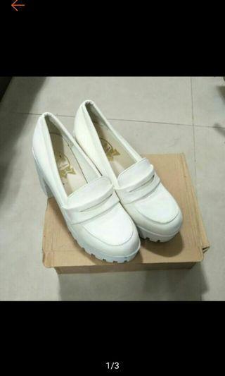 白色厚底跟鞋