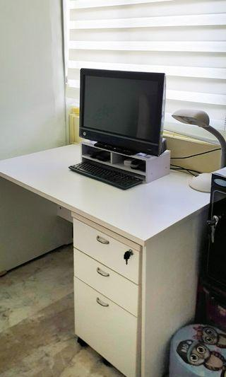 HP TouchSmart 610 + Study Desk + Osram table lamp