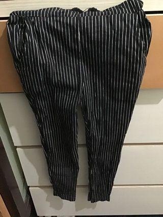🚚 黑白直條七分褲 s號  過水一次 沒穿過(便宜賣搭配其他服飾運費更划算)