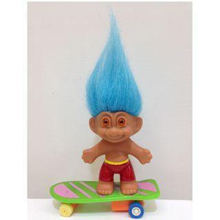 幸運小子(帥翻滑板弟)醜娃、巨魔娃娃、醜妞、Troll Doll、魔髪精靈、魔法精靈、迴力、板哥、滑板、滑板鞋、四輪滑板