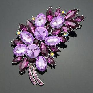 🚚 Crystal Leaf Brooch