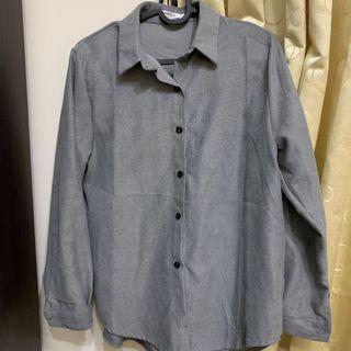深灰色襯衫