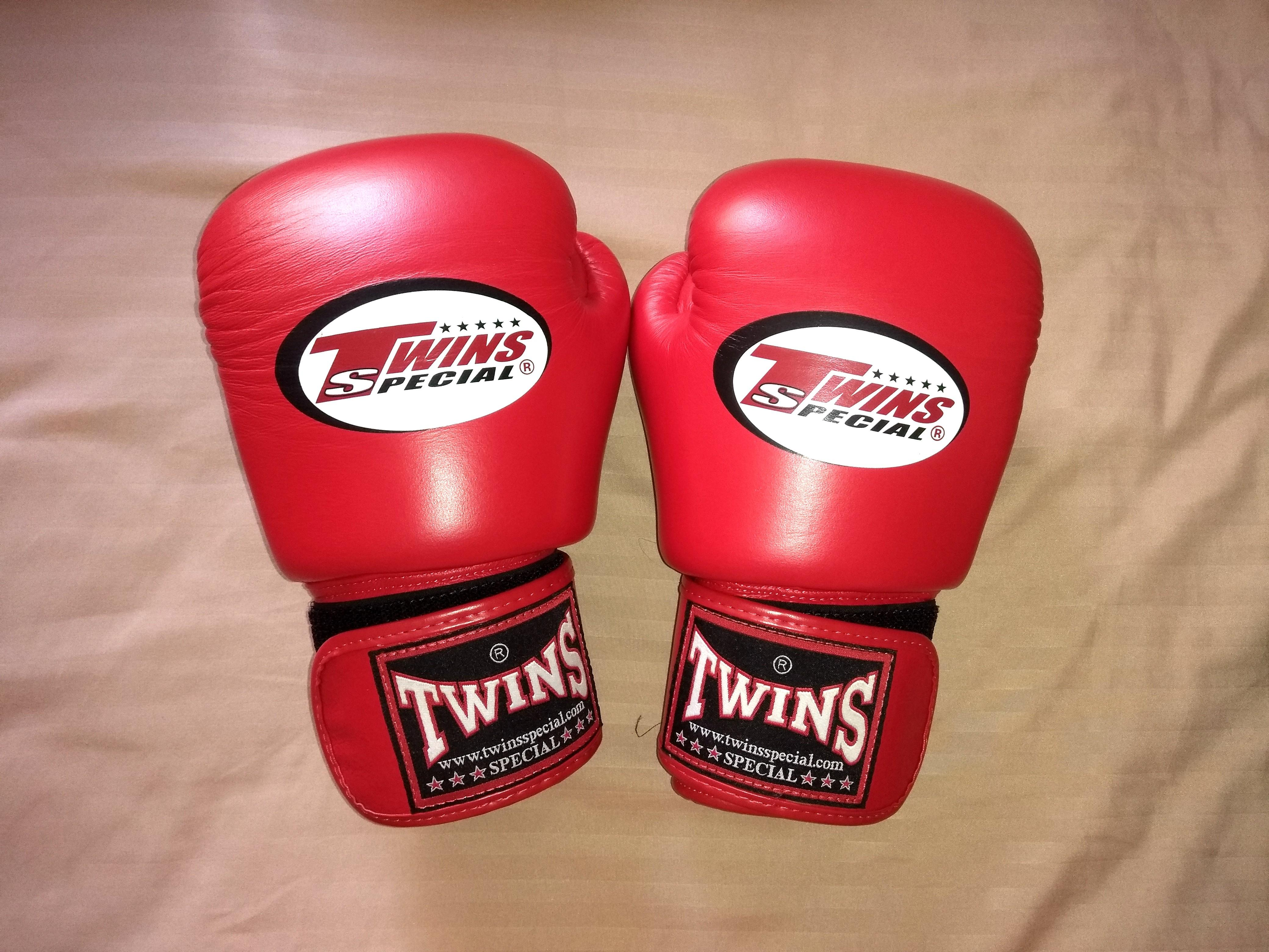 Authentic Twins Boxing / Muay Thai Gloves 10oz (Red), Sports