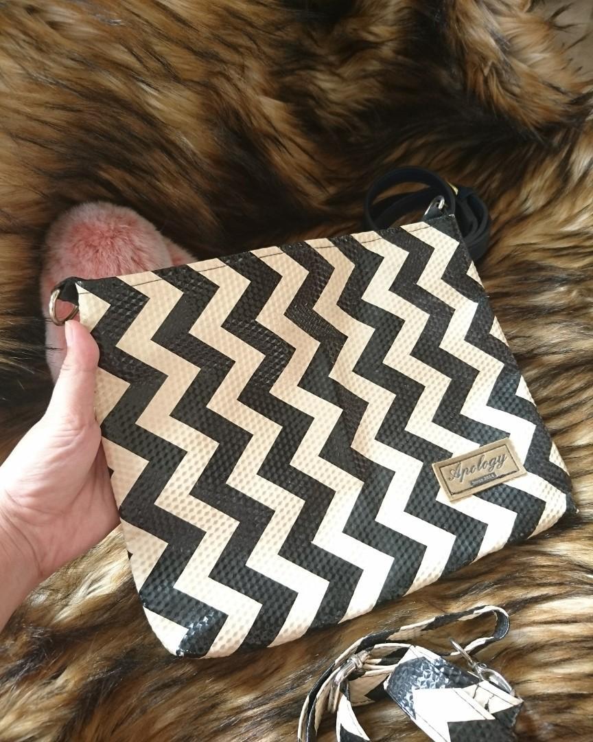 PRELOVED LIKE NEW ZOGZAG HAND / CLUTCH BAG