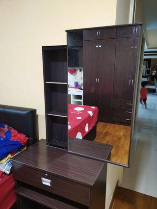🚚 Dressing table with key