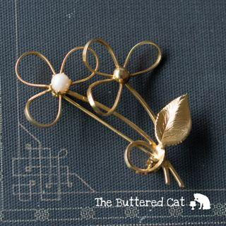 Vintage gold tone flower brooch with faux pearls