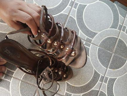 High heels stiletto charles & Keith ck coklat garis modiss agak ngelotok ya sesuai foto size fit to 38
