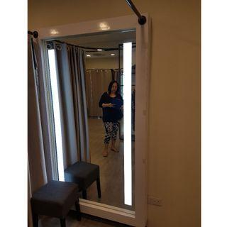 Fitting Room Mirror with light+curtain (lighting not included)