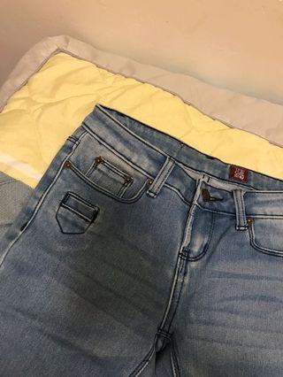 緊身的牛仔褲