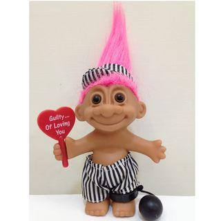 舉牌幸運小子(情人節限定 - 罪愛是你)醜娃、巨魔娃娃、醜妞、Troll Doll、魔髪精靈、魔法精靈、腳鐐、犯人、囚犯