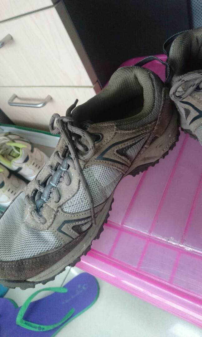 Sepatu gunung New balance