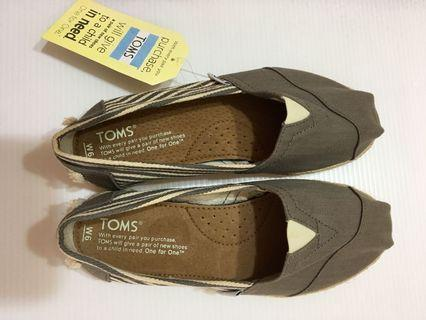 TOMS 全新灰色條紋鞋