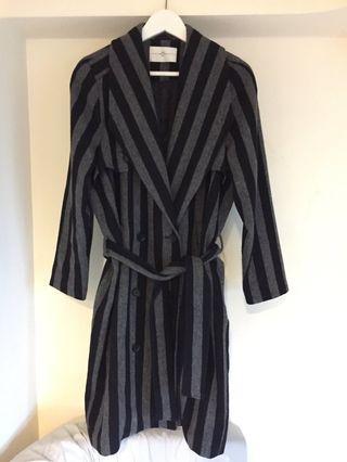 WIP 灰黑直條紋毛料大衣。睡袍款式毛料雙排釦大衣