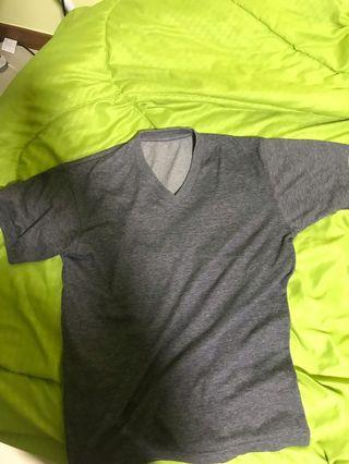 🚚 Uniqlo basic v neck tee Grey