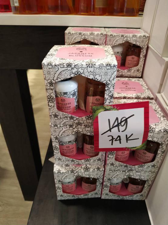 Bundle The Body Shop Japanese Cherry Shower Hel