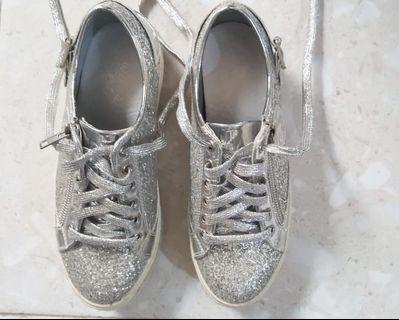 sepatu sneakers ada tali masi baguss