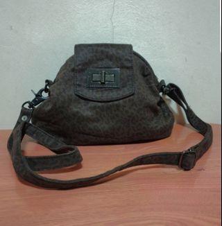 🚚 Armani Exchange Sling Bag