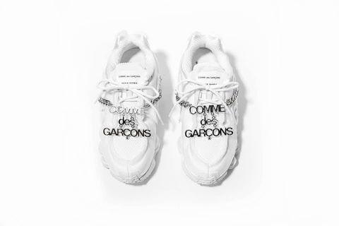 Comme des Garçons X Nike 🤩 以網眼布及合成物料堆疊出鞋款的厚重鞋身,並加入時裝感的不完整收邊細節增添復古氣氛;同時,於鞋身框上醒目的金屬鍊條,呼應這一季 Comme des Garçons 的靈感謬思  市價18200❤️