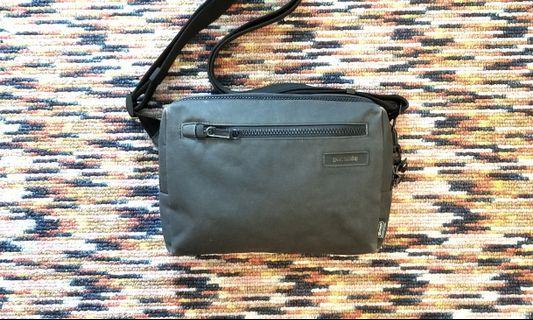 Pacsafe anti theft tablet sling messenger bag 斜孭袋